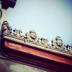 #Détail frise d'antéfixes en terre cuite #lyre  têtes féminines d'1  #toulousaine dans le quartier des Chalets #Toulouse  #ByToulouse #VisitezToulouse #We_Toulouse #igerstoulouse #tourismemidipy #architecture #instarchitecture #architectureporn #architecturelovers #trésorspatrimoine #patrimoine #latergram