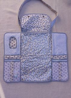 Diaper changing bag with adjustable strap and embroidered baby name Super pr . - Diaper changing bag with adjustable strap and embroidered baby name Super practice! Baby Sewing Projects, Sewing For Kids, Sewing Tutorials, Backpack Tutorial, Baby Bloomers, Baby Crafts, Baby Accessories, Baby Items, Baby Quilts