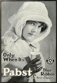 Đây là 1 quảng cáo về nước uống , Cô gái đội đầu một chiếc mũ quả chuông  đnag là cu hướng rất thịnh hàh trong những năm 1910