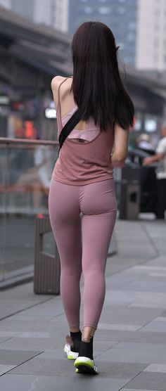 Tight camisole patches pink tight leggings, showing the slender body shape. Yoga Pants Girls, Girls In Leggings, Pink Leggings, Tight Leggings, Girls Jeans, Pink Tights, Cute Leggings, Pretty Asian Girl, Sexy Asian Girls