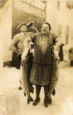 45 Cool Pictures That Show People Posing With Their Big Fishes in the Past Antique Photos, Vintage Pictures, Vintage Photographs, Old Pictures, Vintage Images, Old Photos, Time Pictures, Vintage Postcards, Weird Vintage
