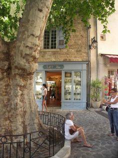 the-village-of-moustiers-sainte-marie-in-the-verdon-gorges