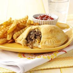 Cheeseburger Pockets Recipe- Recipes Ground beef is my favorite meat to cook with because it's so versatile, flavorful and economical. Refrigerated biscuits save you the trouble of making dough from scratch. I Love Food, Good Food, Yummy Food, Tasty, New Recipes, Cooking Recipes, Favorite Recipes, Easy Recipes, Canadian Recipes