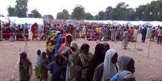 Todo lo que se ve en Bama estos días son personas desplazadas que han sido forzadas a salir de los pueblos cercanos. Están viviendo en un campamento bajo control militar, ya que el ejército de Nigeria tiene una base en la ciudad.