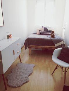 Unser neues Schlafzimmer ist echt toll geworden. Noch fehlen ein paar Sachen, wie Vorhänge oder Bilder, aber ich fühle mich schon echt wohl :smile: Das Bett haben wir haben wir selbst gebaut, dank großer Paletten (2m x 1,20m) war das super easy und besser als jede andere Variante die in das Zimmer gerade so gepasst hätte.
