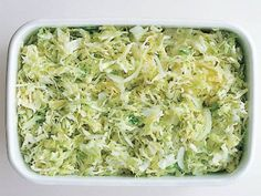 塩キャベツ つくり方 1 キャベツはせん切りにし、水をはったボウルにつけて洗う。 2 キャベツの水けをきって密封できる保存袋または密封容器に入れ、塩大さじ1くらいをふる。すぐに食べるときは軽くもむとよい。しばらくおいてから食べる場合は、冷蔵庫で保存している間に自然に塩がなじんでいく。 ポイント キャベツは2~3回に分け、塩を間に少しずつ加えながら重ねていくと味がなじみやすい。 全体備考 冷蔵庫で4~5日間保存可能。 ◆◇「塩キャベツ」を使ってこんなレシピも◆◇ 塩キャベツたっぷりのシューマイ 塩キャベツのスープ
