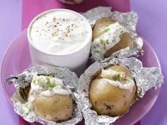 Ofenkartoffeln mit Knoblauchsoße ist ein Rezept mit frischen Zutaten aus der Kategorie Dips. Probieren Sie dieses und weitere Rezepte von EAT SMARTER!