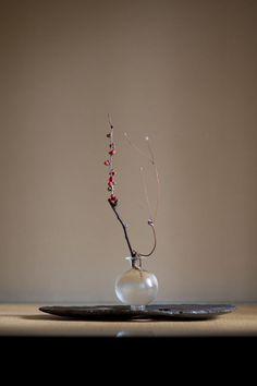 panorama - artist index & web magazine Ikebana Flower Arrangement, Flower Vases, Flower Art, Floral Arrangements, Arte Floral, Japanese Flowers, Japanese Art, Ikebana Sogetsu, Japanese Interior
