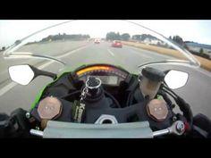Un motociclista en una carretera de Alemania circula con su Kawasaki ZX-10R a una velocidad de 299 km/h por una Autobahn cuando de repente ...