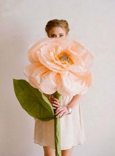 Гигантский бумажный цветок для свадебной фотосессии