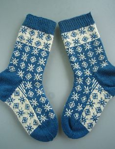 Socken Tag & Nacht pattern by Dela Hausmann Loom Knitting Patterns, Knitting Designs, Knitting Tutorials, Stitch Patterns, Knitting Socks, Hand Knitting, Knit Socks, Knitting Machine, Vintage Knitting