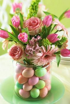 Cool Easter table decoration to make yourself with a vase and colorful Easter eggs - Ostern Easter Flower Arrangements, Easter Flowers, Easter Colors, Floral Arrangements, Flowers Vase, Easter Table Decorations, Centerpiece Ideas, Easter Decor, Easter Centerpiece