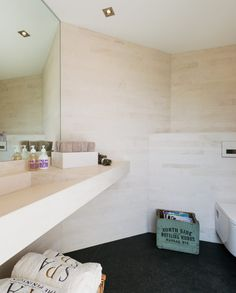 Duschraum mit Naturstein Waschbecken neben Sauna