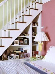 Under staircase Stair Shelves, White Staircase, House Design, Under Stairs, Banisters, Ideas, Small Living Rooms, Home Decor, Bookcase