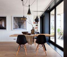 Salle à manger noire avec des chaises eames