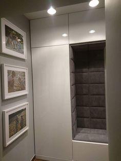Dokładnie taka szafa z siedziskiem za drzwiami w korytarzu House Design, House, 3 Storey House Design, Minimalist Small Bathrooms, New Homes, Home Decor, Modern Master Bedroom, Home Entrance Decor, Home Decor Furniture