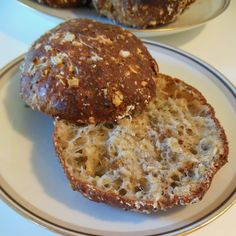 """Det her er opskriften der """"tog rumpetten"""" på mig, dét havde jeg ikke lige regnet med - altså at det skulle ende op med at være nogle virkelig lækre boller & så er de endda proppet med dejlige proteiner. De er sprøde, luftige og på ingen måde tørre & tunge... 250g skyr... #brød #morgenmad #protein"""