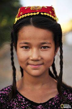 Uygur Türkü Kız. Başında Doppası ve uzun belikli saçları.