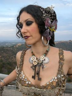 There's something I _really_ like about the bodice and necklace. And hair and face-jewels. Thing.