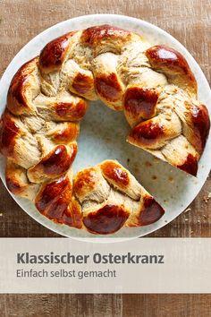 Soooo einfach: Schritt-für-Schritt-Anleitung für einen klassischen Osterkranz. Dazu passt ein Frischkäse-Dip mit frischen Kräutern. #osterkranz #frischkäse #ostern