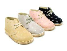 Tienda online de calzado infantil Okaaspain. Calidad al mejor precio fabricado en España. Bota safari pisakk en serraje con estrellas y cordones.