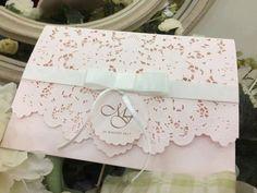 Faire-part mariage avec pochette chic avec découpe dentelle ciselée avec carton design sur-mesure- couleur rose poudré