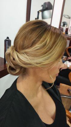 Recogido bajo en cabello rubio de Peluquería Gregorio Porras de Córdoba www.gregorioporras.com #peinadosrecogidos