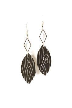Boucles d'oreilles légères en aluminium et métal argenté - Simple plume effet bois : Boucles d'oreille par cap-and-pap
