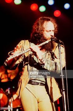 jethro-tull-perform-on-stage-at-wembley-arena-london-13th-may-1982-picture-id124505003 (405×612)