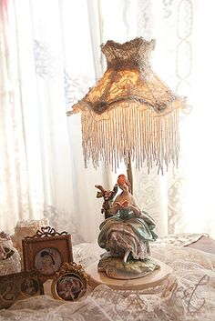 Shabby Vintage, Vintage Gifts, Night Lite, Victorian Lamps, Vintage Decorations, Hurricane Lamps, Half Dolls, Jolie Photo, Lamp Shades