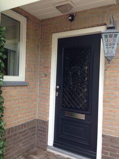 Prachtige voordeur met #sierrooster. www.denkit.nl