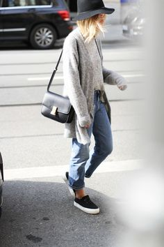 Boyfriend jeans and sneakers = effortless style. Love it.