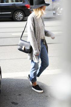 Boyfriend jeans and sneakers = effortless style. Love it.