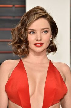 Short Curls - Retro Hair and Makeup Ideas That Will Transport You to Another Era - Livingly Retro Hairstyles, Celebrity Hairstyles, Straight Hairstyles, Miranda Kerr, Sultry Makeup, Straight Black Hair, Hair Patterns, Blonde Curly Hair, Short Curls