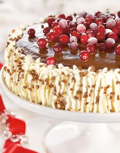 Karpalo-kinuskitäytekakku Finnish Recipes, Just Eat It, Yummy Cakes, Vanilla Cake, Sweet Recipes, Raspberry, Goodies, Food And Drink, Baking