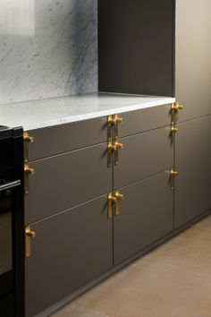 nice hardware and cabinets/counter