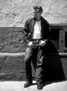 James Dean, 1955 style for young guys back then. Hollywood Glamour, Hollywood Stars, Classic Hollywood, Old Hollywood, Hollywood Actresses, Toda Teen, Tom Ford, James Dean Photos, James Dean Style