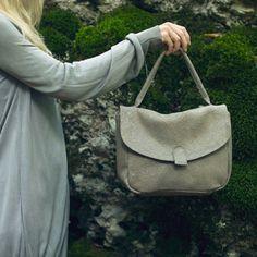 Celeste - È una borsa senza tempo. Una comoda e nascosta tasca esterna e spazi organizzati fanno la differenza.