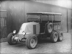 Renault Type MH 6 wheels, This is described as having 6 wheels but as each hub appears to carry dual wheels that makes a dozen tyres, and 1 spare Vintage Trucks, Old Trucks, Classic Trucks, Classic Cars, Cv Type, Diesel, Commercial Vehicle, Car Museum, Old Cars