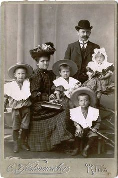 Loving all of the hats in this one . Photo by Carl Kistenmacher Riga, Latvia Early . Black And White Photo Wall, Photo Black, Art Nouveau, Old Pictures, Old Photos, Antique Photos, Belle Epoque, Family Portraits, Family Photos