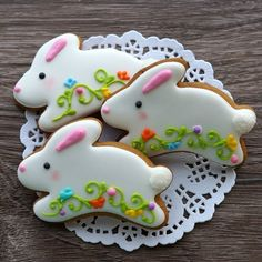Incredibly charming Easter cookies which are bunny shaped Here's Easter Bunny cookie recipe & an exhaustive list of best decorated Easter bunny cookies. Check cute Easter bunny cookies pictures and inspire yourself Fancy Cookies, Cute Cookies, Easter Cookies, Easter Treats, Cupcake Cookies, Cupcakes, Cookie Favors, Flower Cookies, Heart Cookies