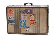 Ecco una valigia che racconta  di viaggi fatti in un'epoca in cui viaggiare era un  lusso e che mostra con orgoglio le etichette dei luoghi visitati