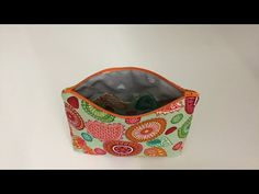 Coudre une petite trousse à maquillage couture Madalena - YouTube Coin Purse, Pouch, Sewing, Crochet, Crafts, Bags, Articles, Youtube, Projects