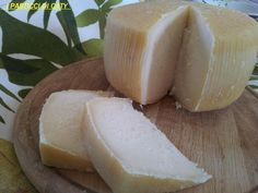 pecorino fatto in casa Making Cheese At Home, How To Make Cheese, Queso Cheese, Wine Cheese, Mozzarella, Tofu, Lactation Recipes, Homemade Cheese, Chow Chow