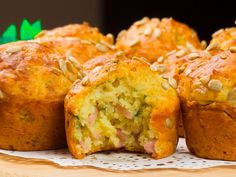 Brioșe aperitiv cu cașcaval și șuncă – sățioase, aromate și foarte delicioase! Easy Cake Recipes, Baby Food Recipes, New Recipes, Cooking Recipes, Easy Breakfast Muffins, Bite Size Food, Good Food, Yummy Food, Romanian Food