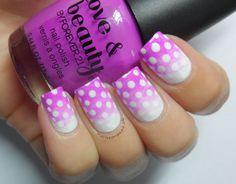 Uñas degradadas en rosa y blanco con puntos blancos
