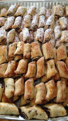 YUMMY! LEBANESE SWEETS FILLED WITH DATES & NUTS. Lebanese Desserts, Lebanese Cuisine, Lebanese Recipes, Turkish Recipes, Greek Recipes, Arabic Dessert, Arabic Food, Arabic Sweets, Middle Eastern Sweets