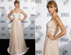 O caimento e o desenho do decote do vestido são bem princesa, mas o modelo ganha um toque sexy com a lateral rendada.