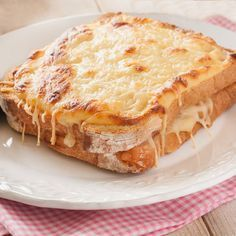Croque monsieur and croque madame recipe- These croque monsieur and croque madame sandwiches are of French origin but are prepared all over the world, they are easy and tasty, perfect for brunch or quick dinners. Croque Madame Receta, Sandwich Croque Monsieur, Food Porn, Tasty, Yummy Food, I Foods, Love Food, Sandwiches, Food To Make