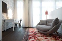 Dziś chcielibyśmy zaprezentować piękną sofę firmy moooi. Idealna dla dwojga Love Sofa dostępna jest w różnych opcjach materiałowych od włochatego pluszu do skóry. Dodatkowymi atutami są drewniane nogi oraz poduchy, które podwyższą komfort siedzenia.